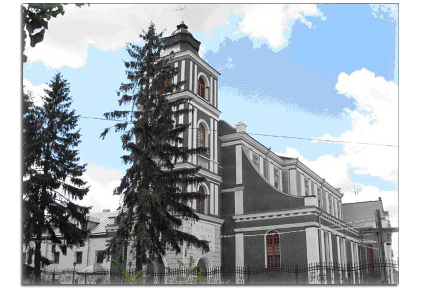 Obecny wygląd kościoła Jana z Dukli i mieszczącego sie po lewej klasztora bernardynów. Po 1991 roku wieża znalazał się z tyłu kościoła