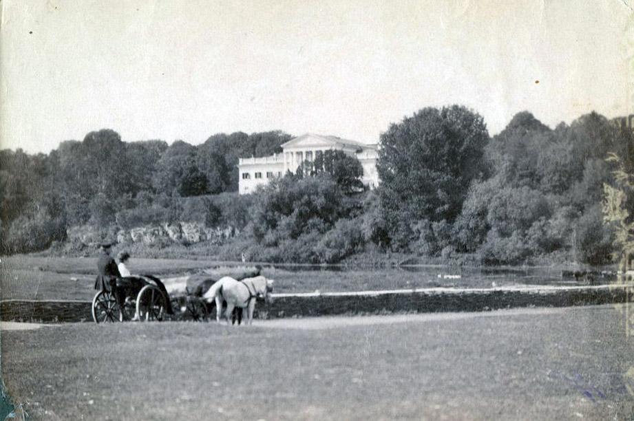 Zdjecie pałacu w Stryżawce z pierwszej dekady XX w. Obecnie w jego miejscu stoi więzienie