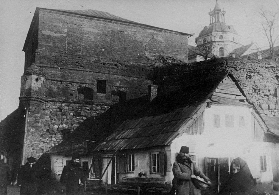 Widok na tylne ściany klasztoru. Pierwsza dekada XX w. Źródło - www.etoretru.ru