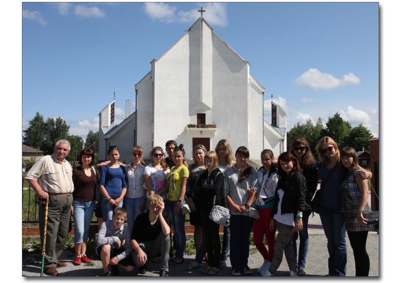 Stefan Kurjata po prawej przed Sanktuarium w Dowbyszu podczas wizyty młodzieży z Żytomierza