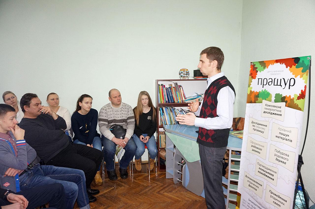 Wiktor Dolecki opowiada członkom Klubu Polskiego Polonia o badaniu własnego rodowodu. Autor zdjęcia - Maria Kozyrska