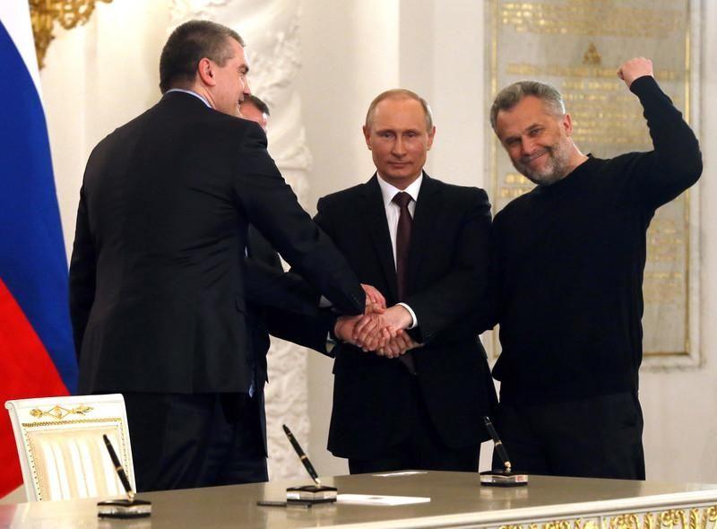 Aksionow (po lewej) i  Konstantinow (po prawej) po podpisaniu umowy o aneksji Krymu. Źródło - ukr.obozrevatel.com