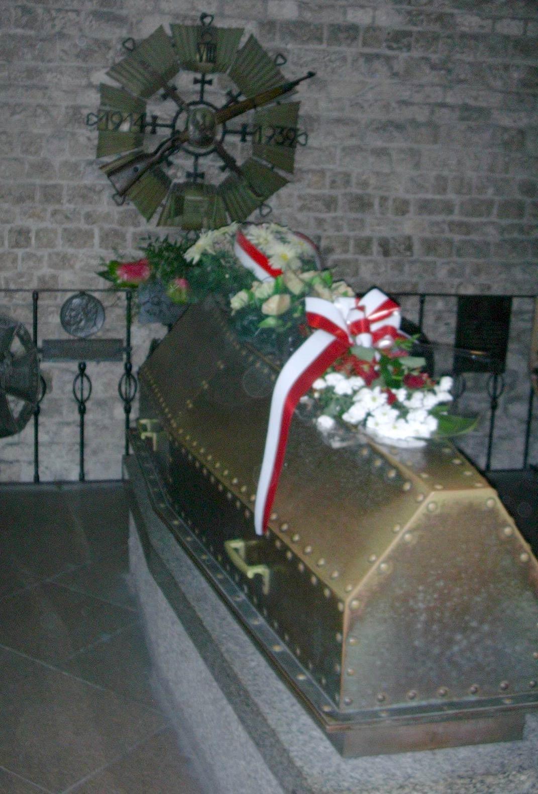 Trumna z ciałem Józefa Piłsudskiego w krypcie na Wawelu. Źródło - pl.wikipedia.org