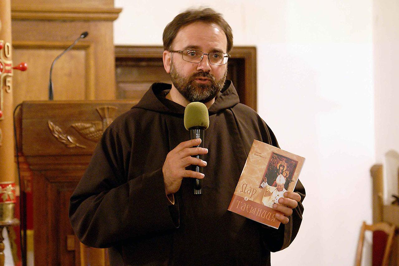 Proboszcz kościoła kapucynów o. Konstantyn Morozow OFM Cap prezentuje książkę Jana Pawła II Dar i Tajemnica
