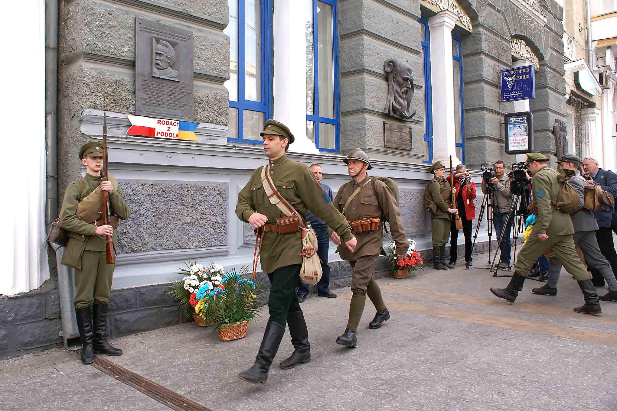 Złóżenie wiązanek kwiatów pod tablicą Marszałka Piłsudskiego i ministrza w rządzie URL Markowicza