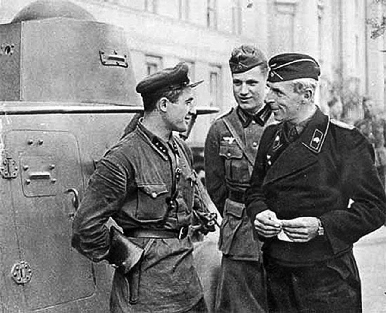 Niemieccy i sowieccy czołgiści po paradzie w Brześciu