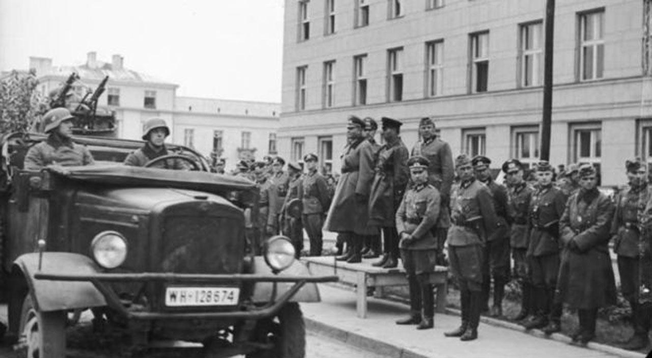 Wspólna parada Wehrmachtu i Armii Czerwonej w Brześciu, 22 września 1939. Źródło - Bundesarchiv