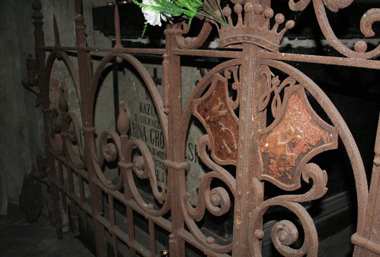 Grób Kazimiery Grocholskiej z Sieraczyńskich w podziemiach kościoła w Tereszkach. Na kutej balustradzie herb Syrokomla
