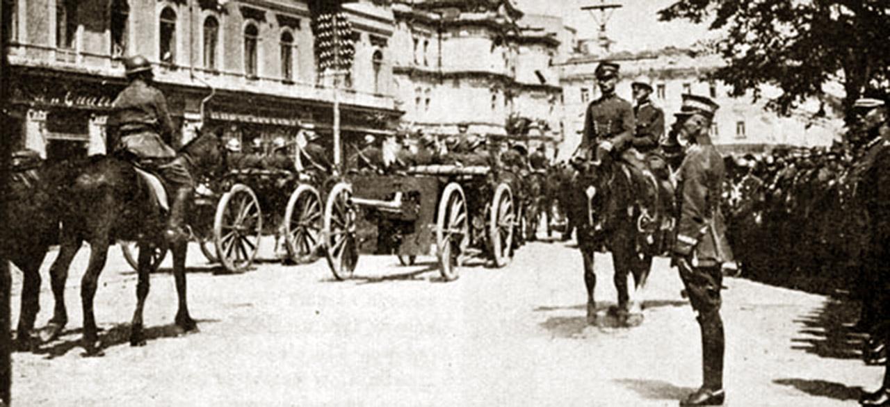 Generał Rydz-Śmigły przyjmuje defiladę w Kijowie. Z archiwum A. Nieuważnego