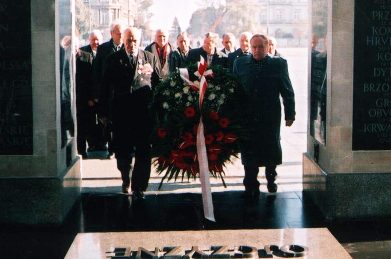 Kombatanci Wojska Polskiego składają kwiaty na Mogiłę Nieznanego Żołnierza w Warszawie. 20 października 2005 roku