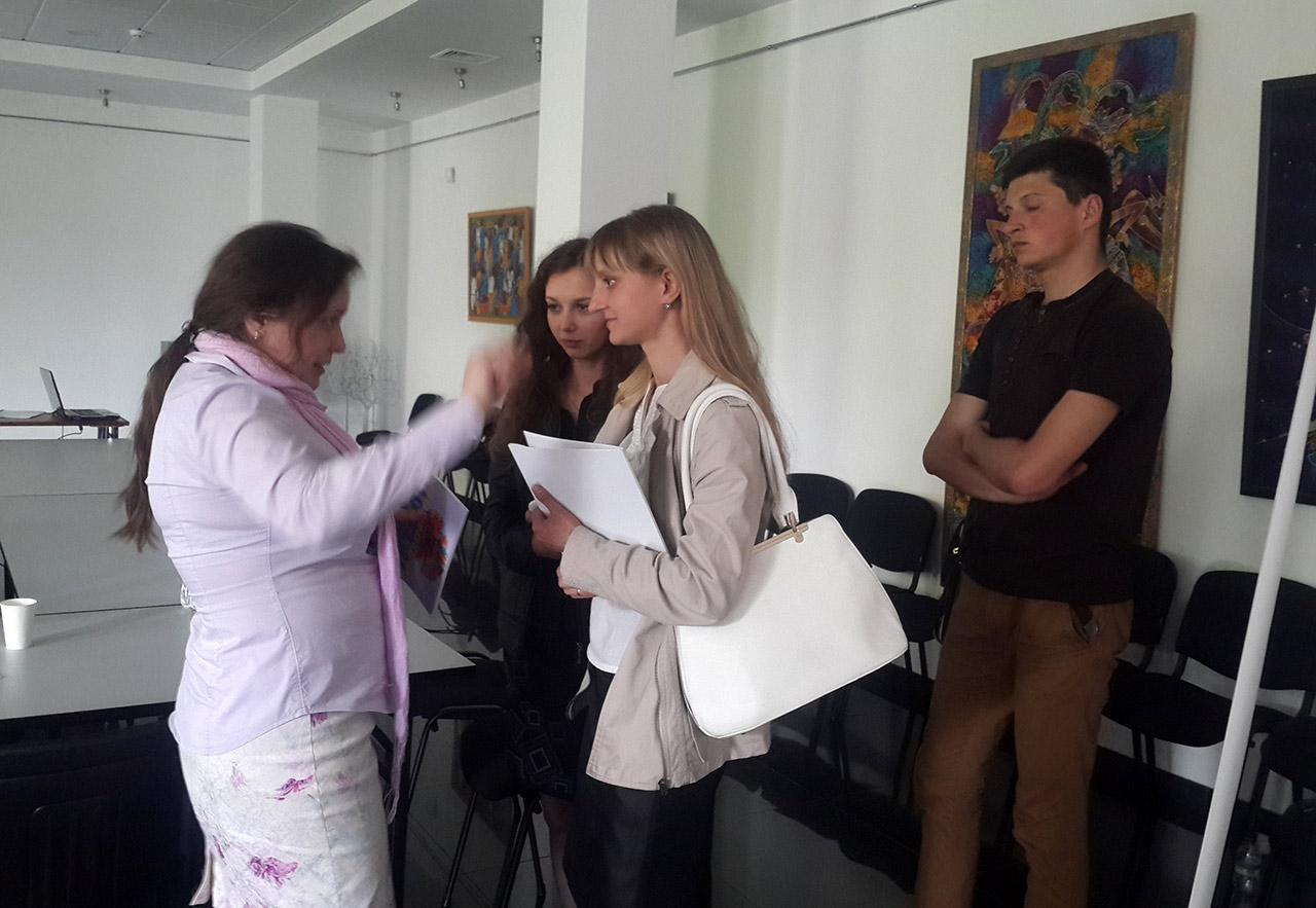 Pani Olena Zacharowa rozmawia ze studentami