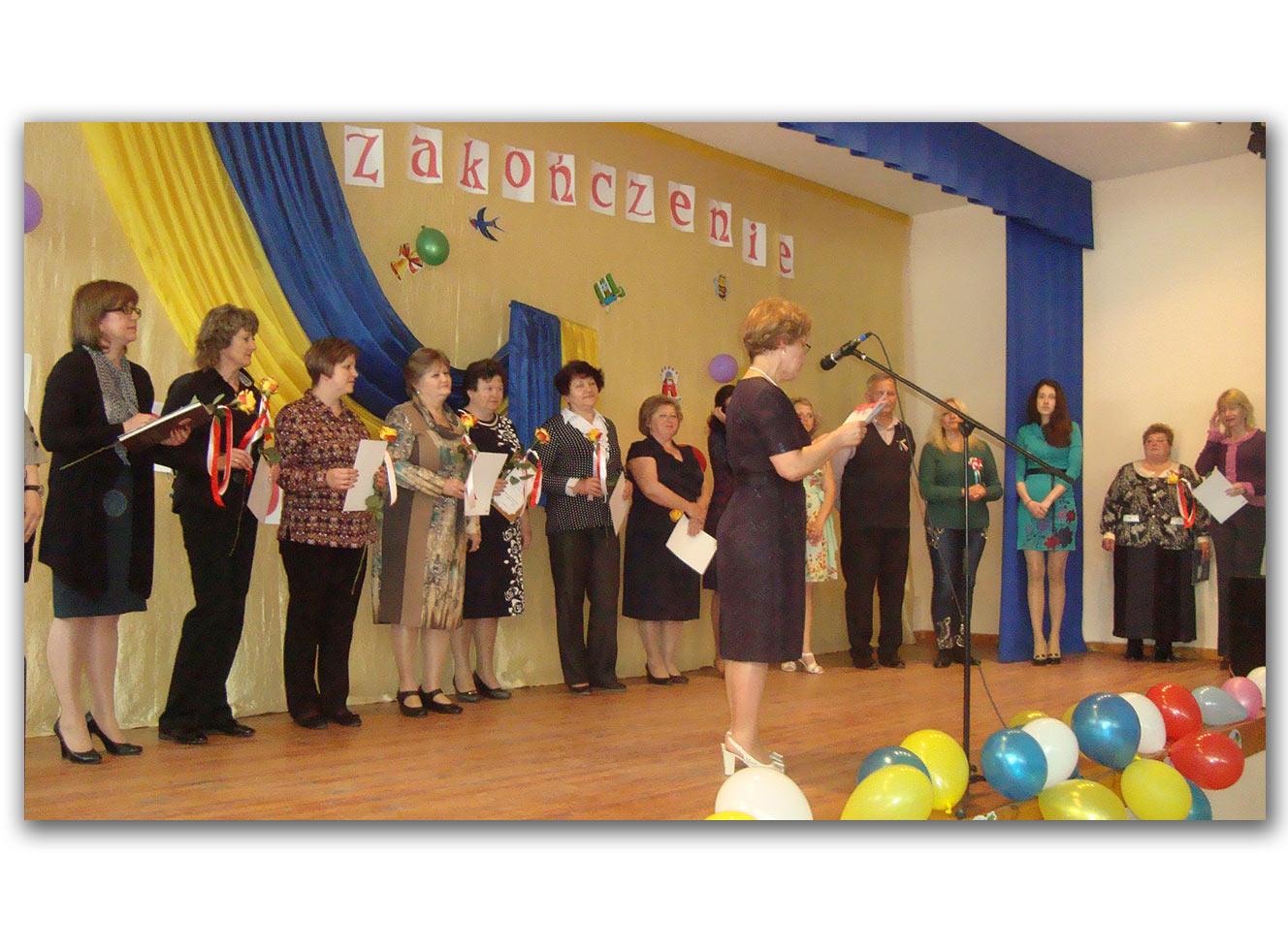 Na scenie - przedstawiciele kuratorium oświaty i poloniści ze Sławuty