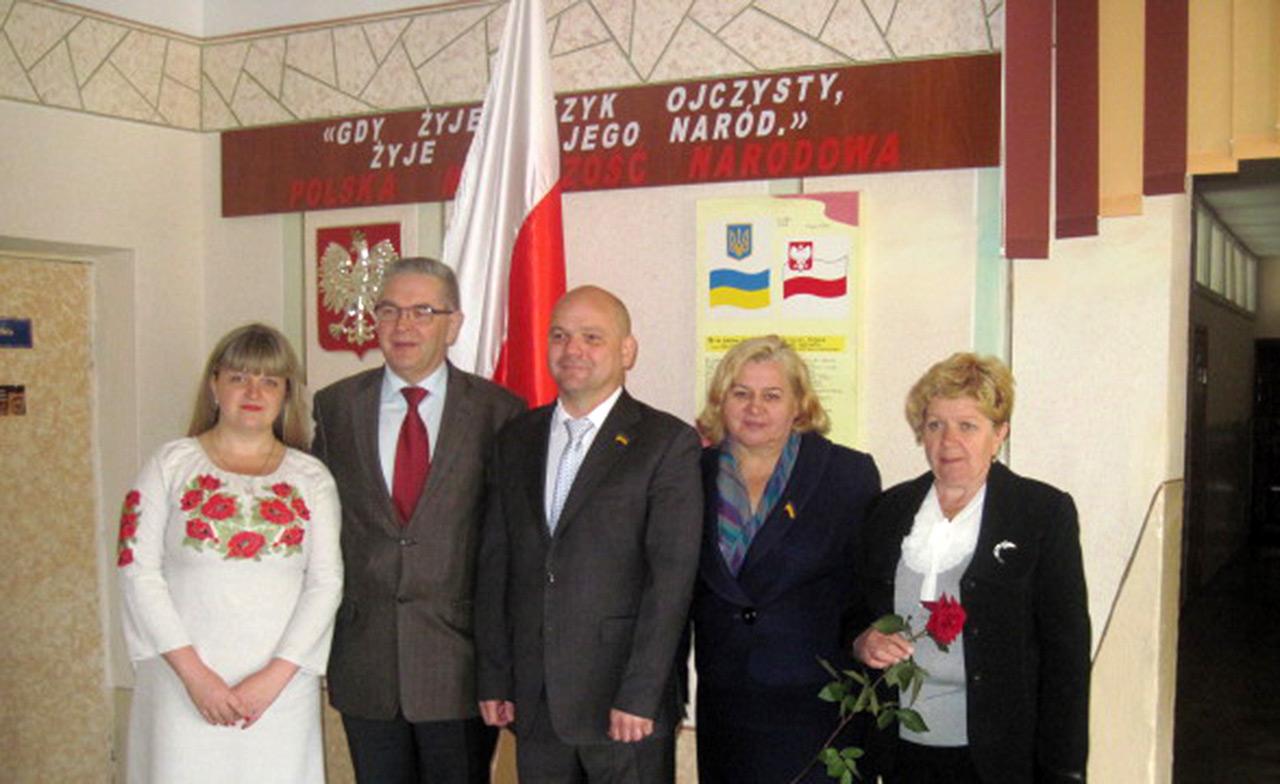 Konsul Krzysztof Rosiński (drugi z lewej) w szkole nr 20 miasta Chmielnickiego