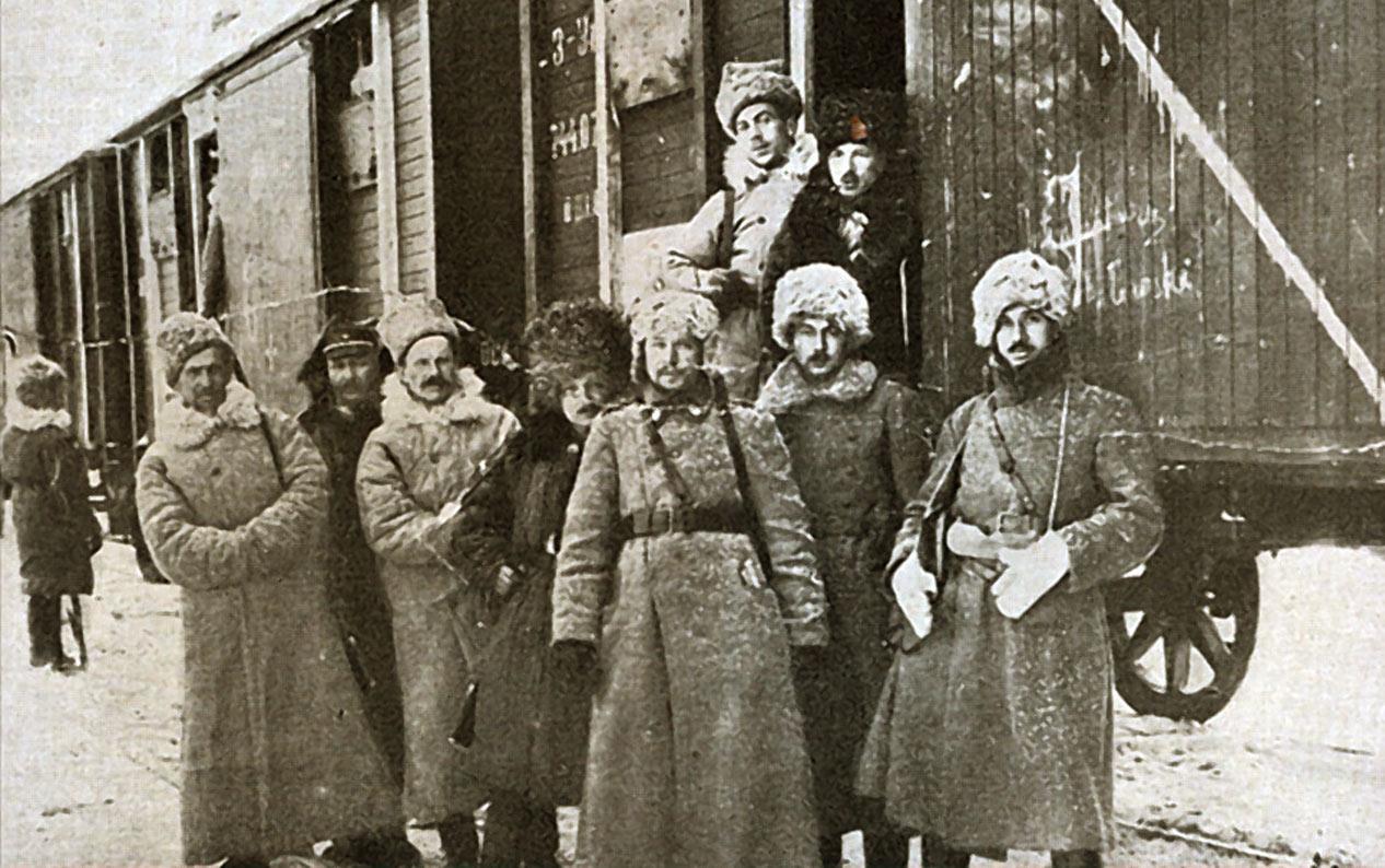 Żołnierze Dywizji Syberyjskiej w czasie transportu Koleją Transsyberyjską, zima 1919/1920. Źródło - wikipedia