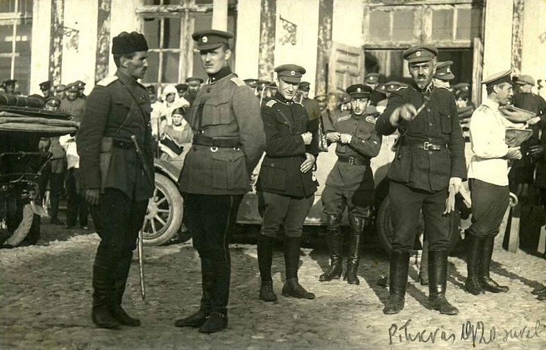 Gen. Stanisław Bułak-Bałachowicz pierwszy z lewej i inni oficerowie Armii Rosyjskiej w Polsce, 1920r. Źródło - bezwodkinierazbieriosz.salon24.pl
