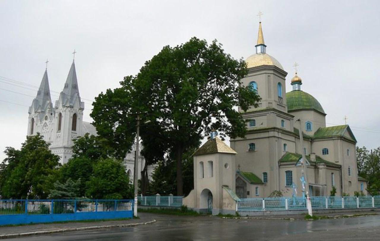 Po lewej kościół pw. Św. Anny w Barze. Po prawej - prawosławna cerkiew. Źródło - doroga.ua