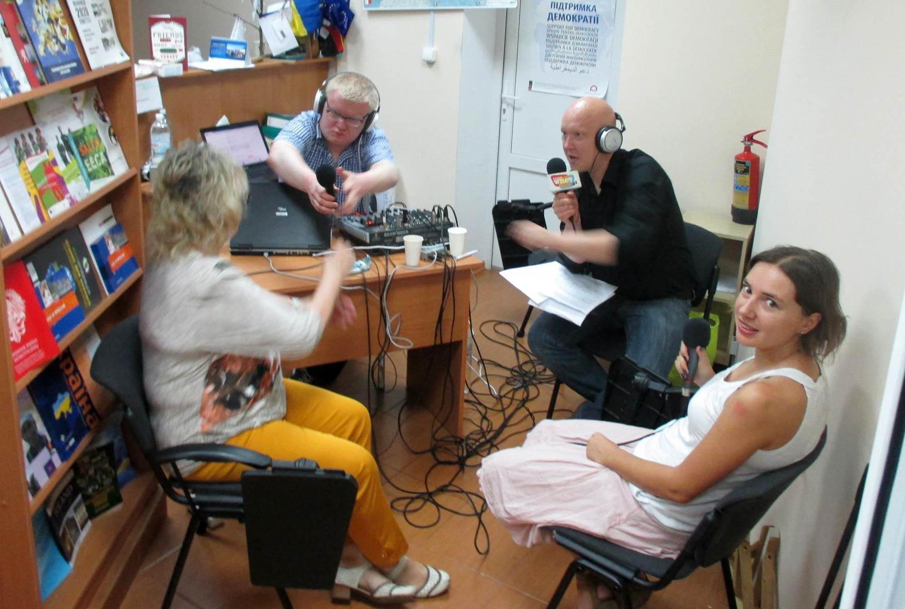 Radio WNET w Winnicy. Przy mikrofonie Wojciech Jankowski