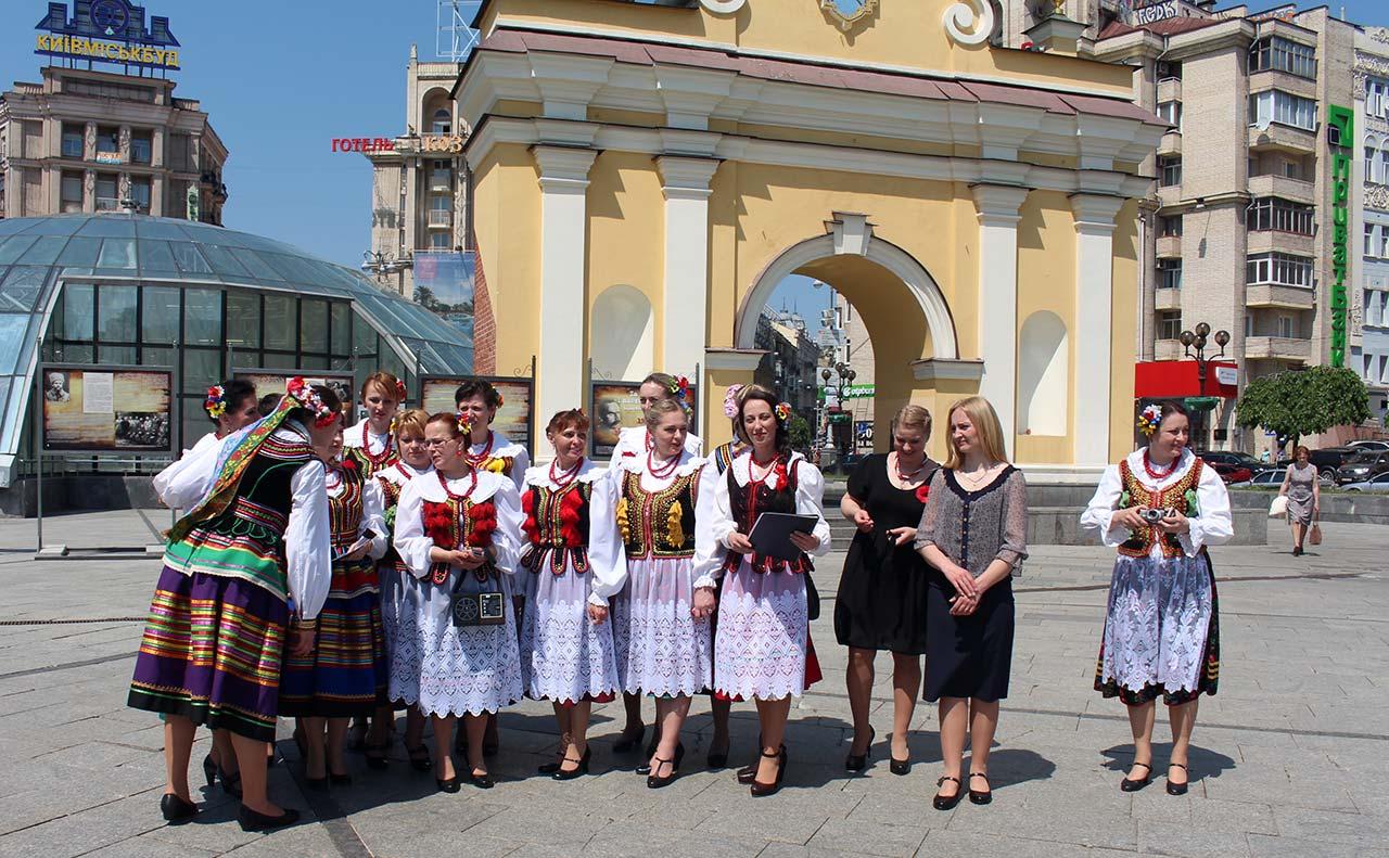Zespół Mazury z d. Płoskirowa przed Lacką Bramą w Kijowie
