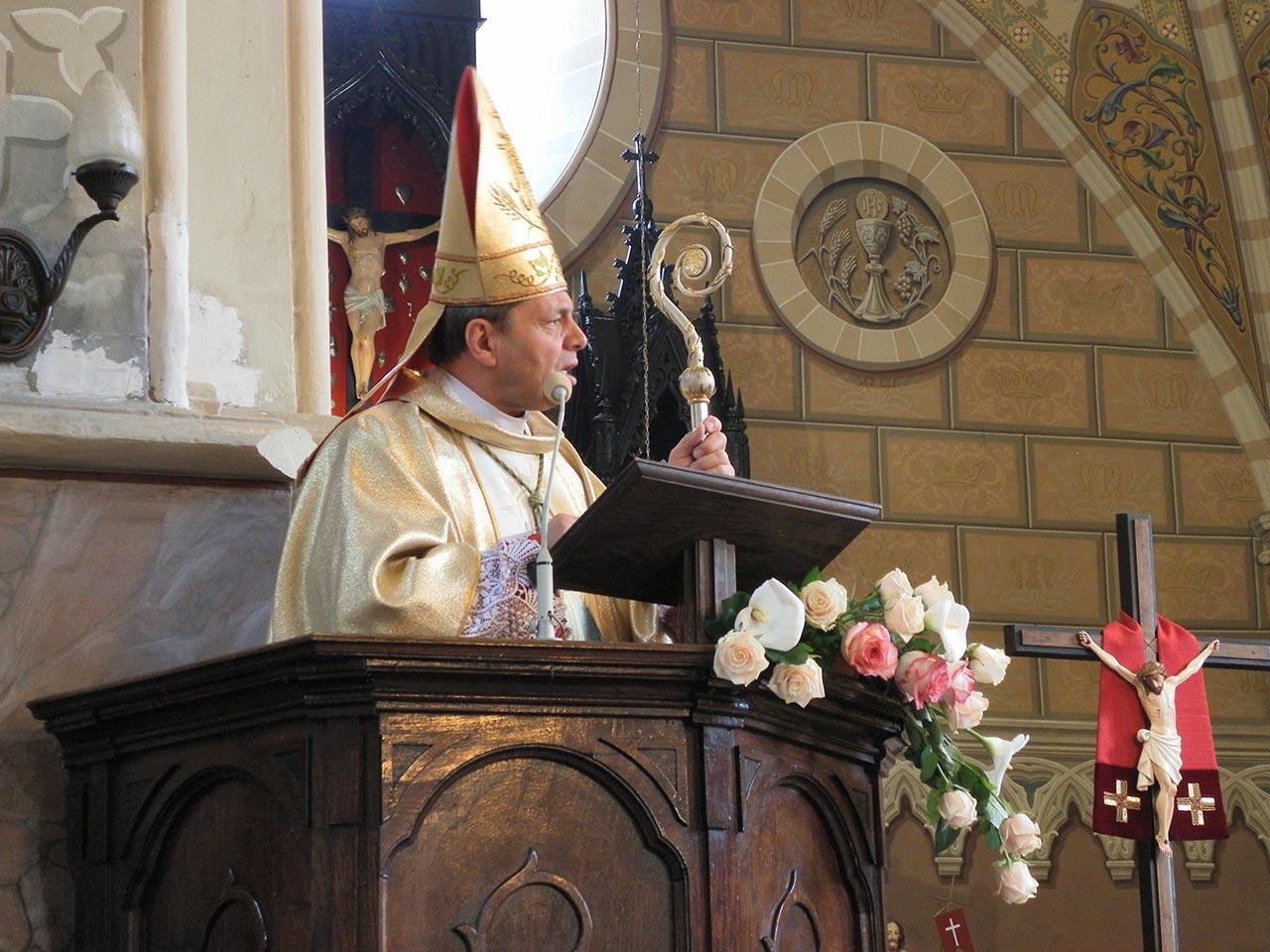 Bp. Leon podczas przekazywania relikwii Św. Mikołaja wiernym parafii pw. Sw. Anny w Barze. Zdjęcie - ks. Roman Parchomcew