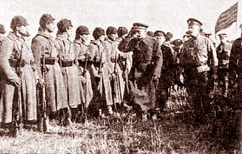 Pułkownik Kazimir Rumsza inspektuje rosyjskie oddziały walczące po polskiej stronie