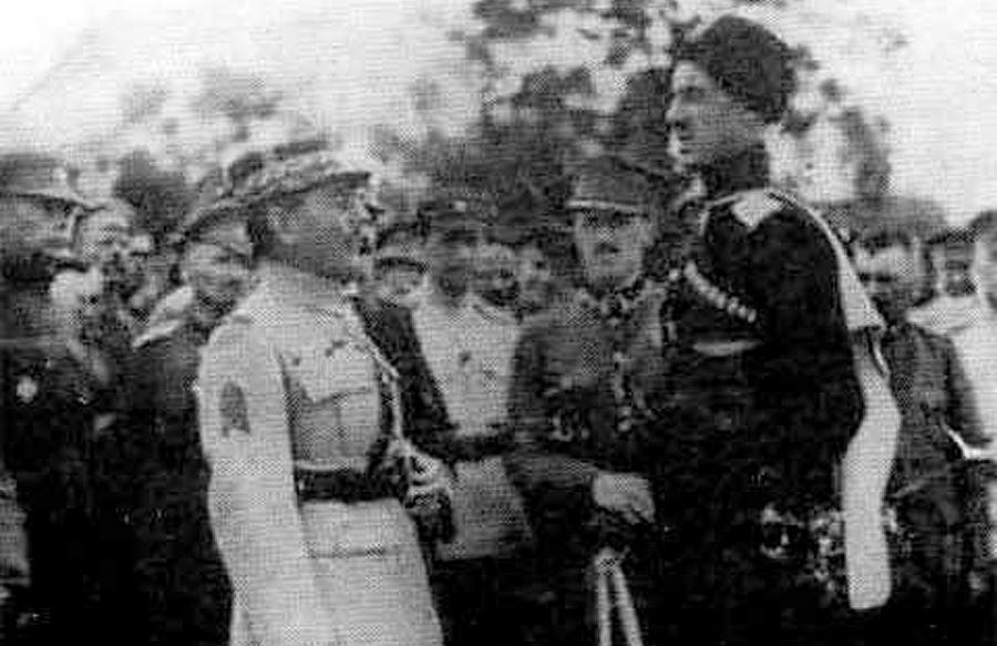 Generał Wrangel na Krymie (wysoki wzrostem) w 1920 r. W tle - polski oficer