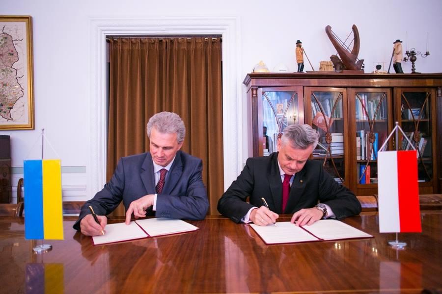 Igor Lichowyj i Piotr Żuchowski podpisują wspólny protokół