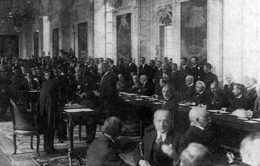 Moment podpisania traktatu wersalskiego. Źródło - ukrmap.su