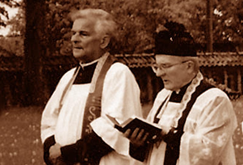 Ks. Ambroży Mickiewicz po lewej