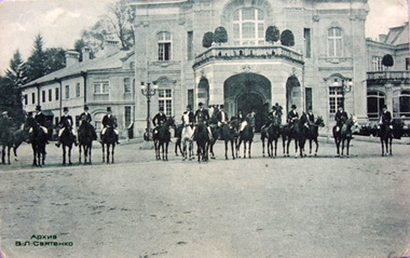 Potoccy oraz goście przed pałacem w Antoninach
