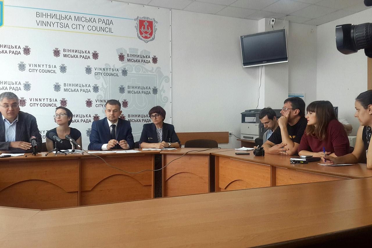 Członkowie komisji ze zmiany nazw ulic w Winnicy przed mediami