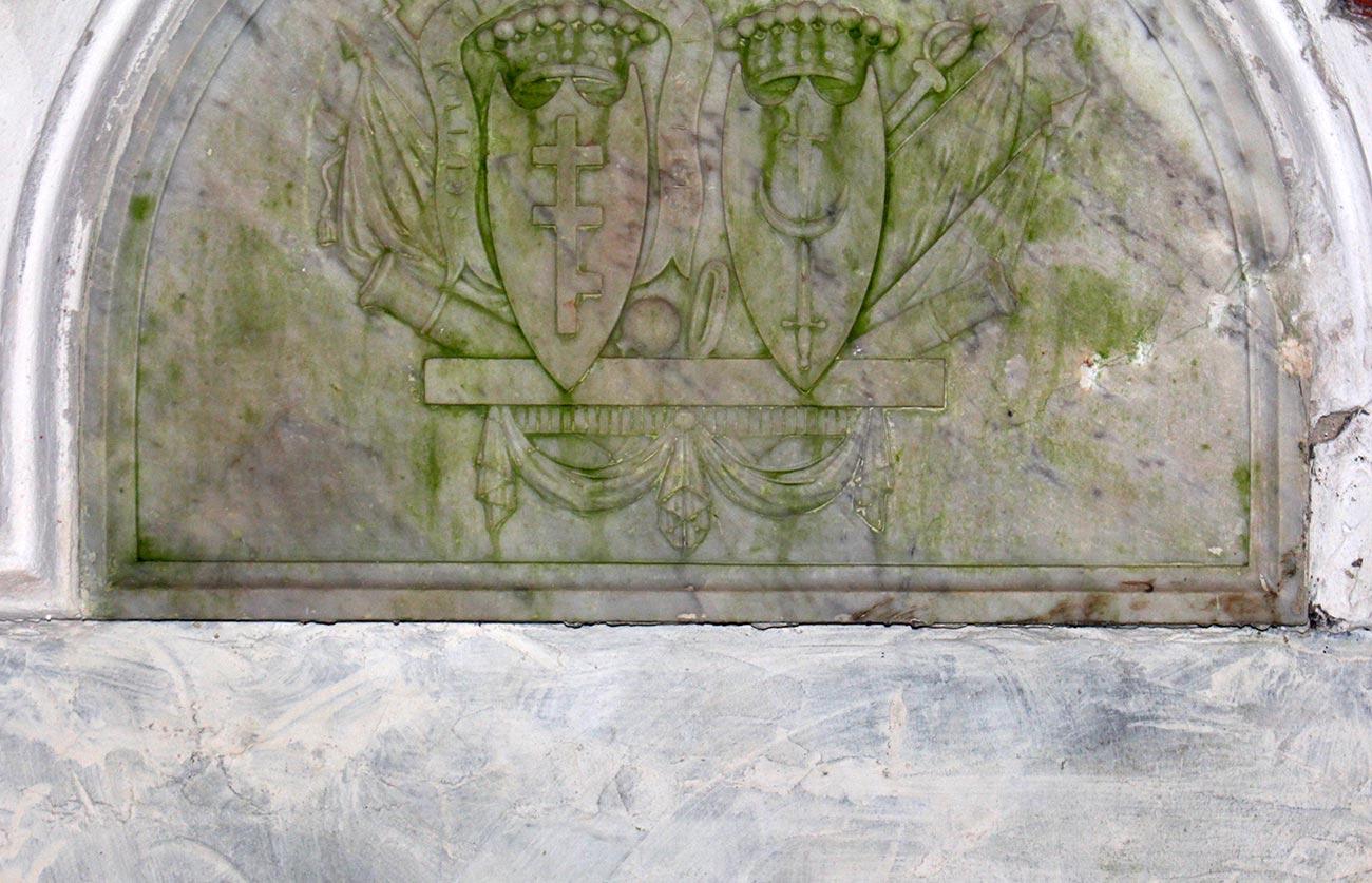 Herby Pilawa i Trzaska w mauzoleum peczorskim