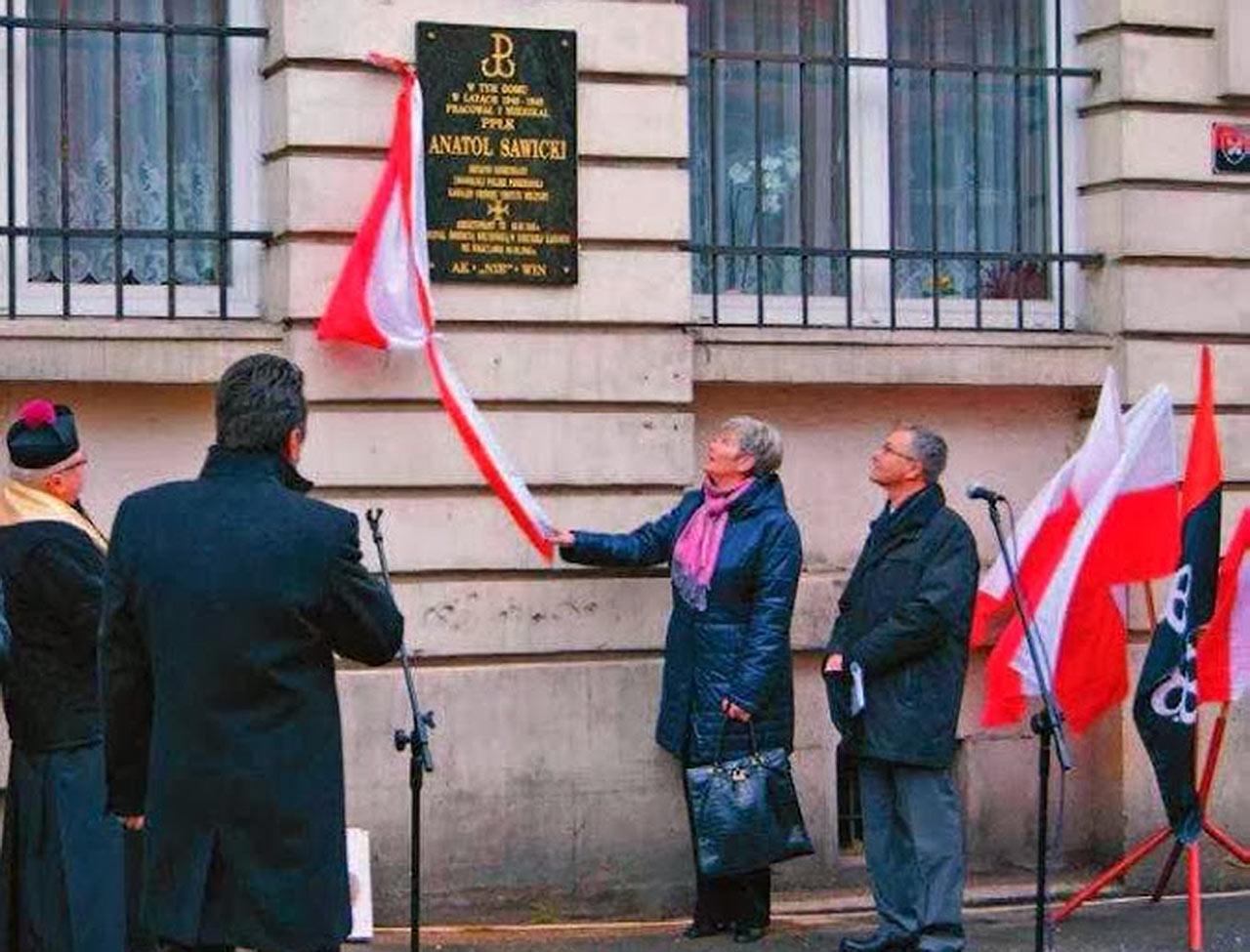 Odsłonięcie tablicy upamiętniającej Anatola Sawickiego w Lubaniu. Źródło - naszeluzyce.pl