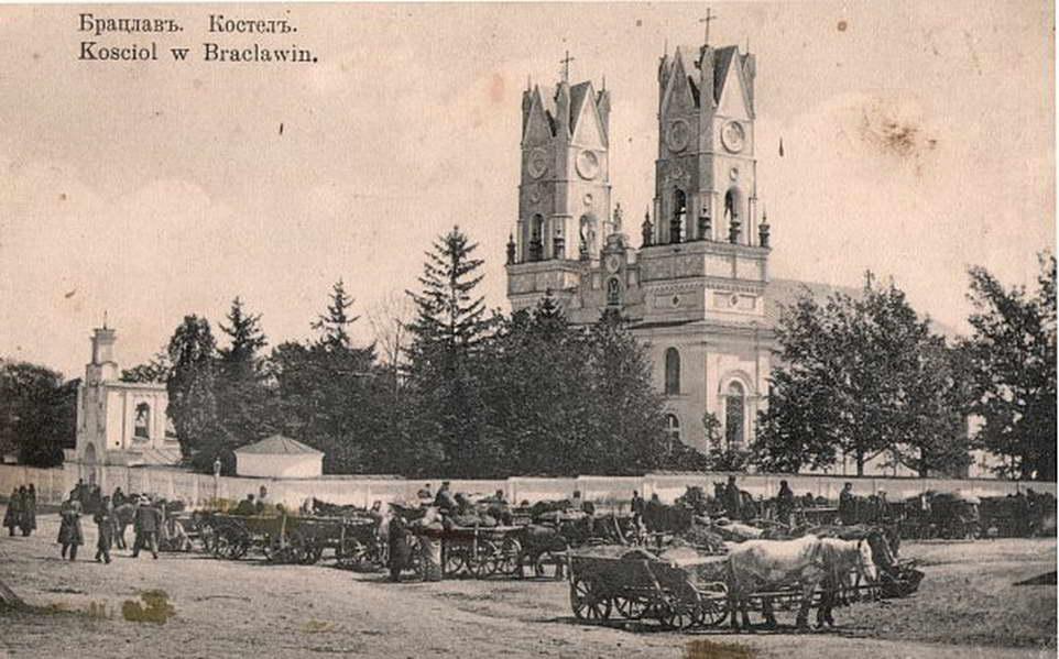 Kościół w Bracławiu na starej pocztówce z pocz. XX w.