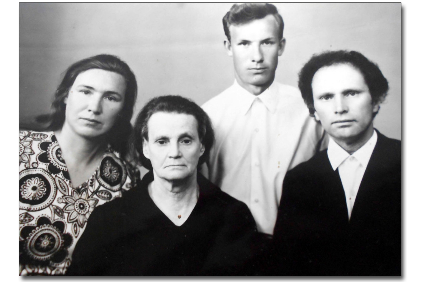 Podczas odwiedzin mamy i rodziny siostry w Polsce. Franciszek Jakowczyk - pierwszy od prawej (lata 70. XX wieku)