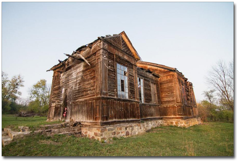 Resztki starej drewnianej cerkwi autorstwa pewnego kijowskiego architekty w Lulińcach. Źródło - 25ua.com