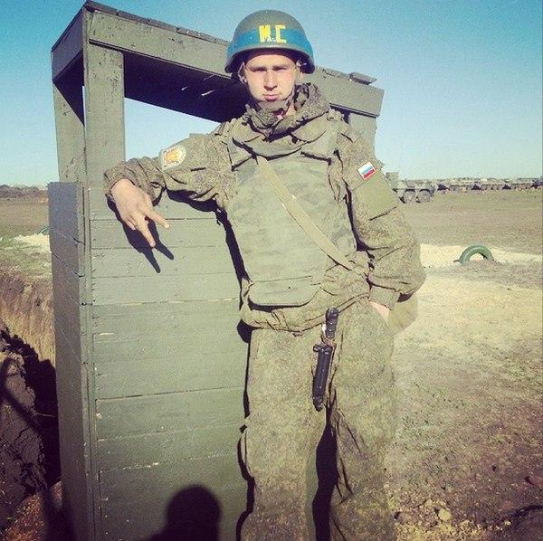 Zdjęcie rosyjskiego żołnierza, w kasku z symboliką sił pokojowych, wykonane na granicy z Ukrainą. Źródło - twitter