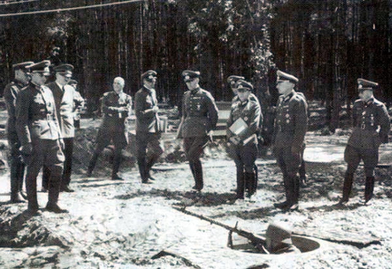 Hitler inspektuje Wehrwolf. Źródło - discoverworld.livejournal.com