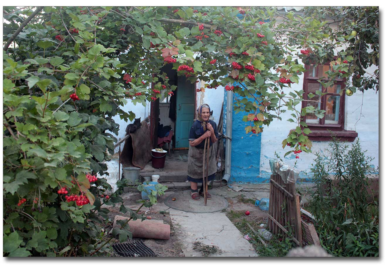 Pani Petronela przy swoim domku na Starym Mieście w Winnicy