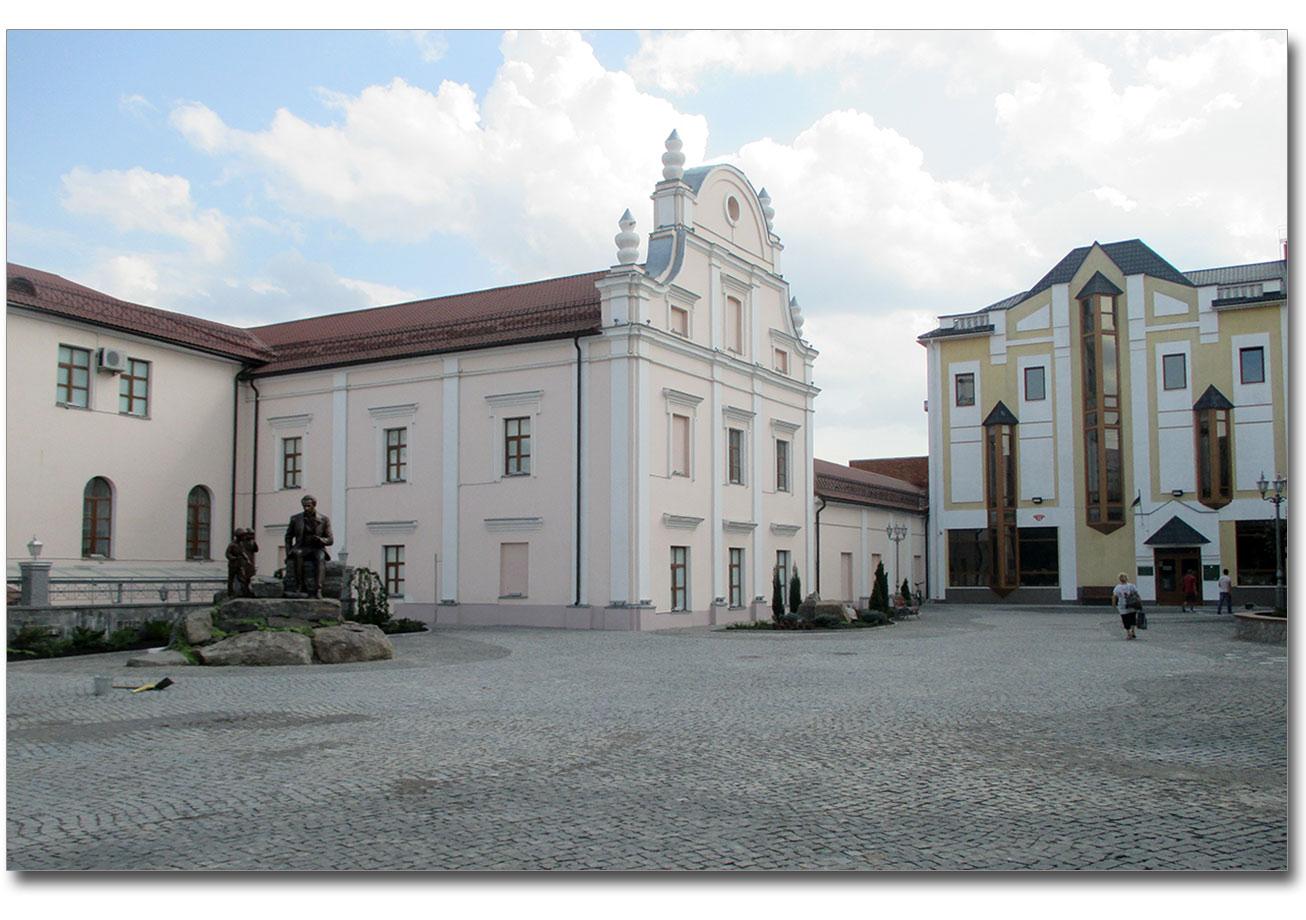 Po lewej stronie dawny kościół jezuitów, po prawej - Muzeum Krajoznawcze