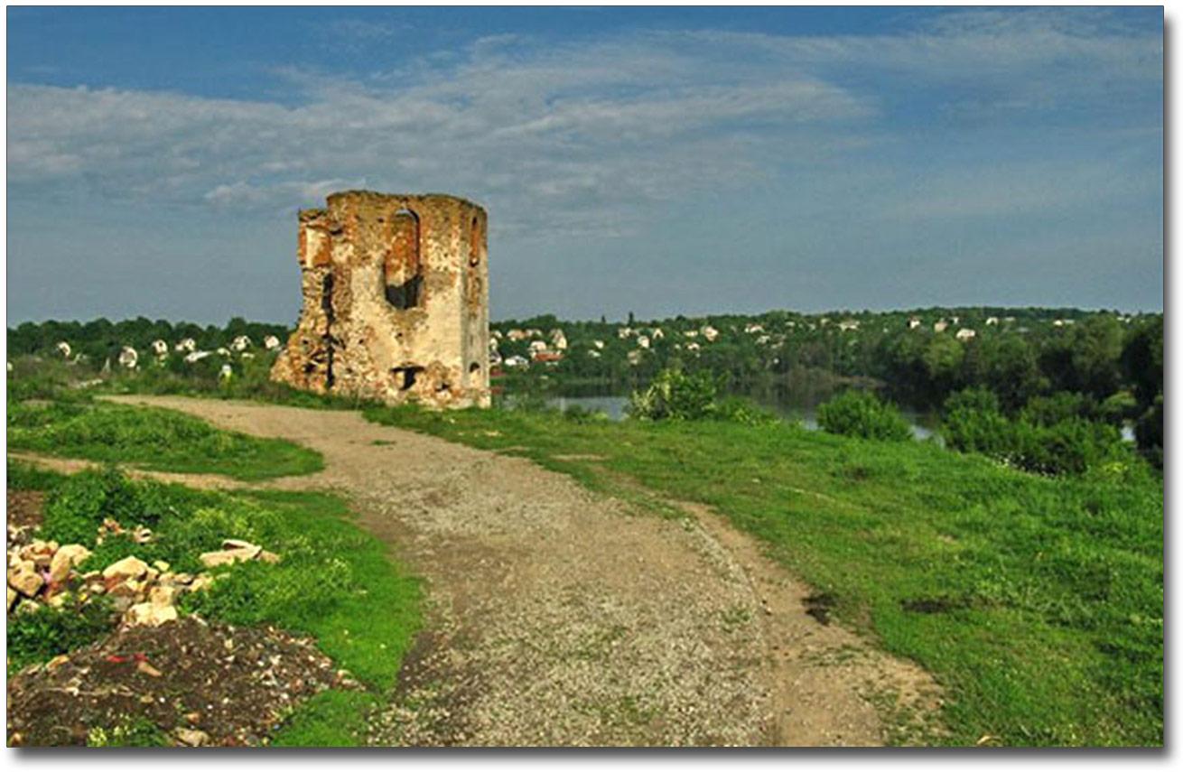 Resztki wieży - byłego grobowca Szczeniowskich. Źródło - ukrainaincognita.com