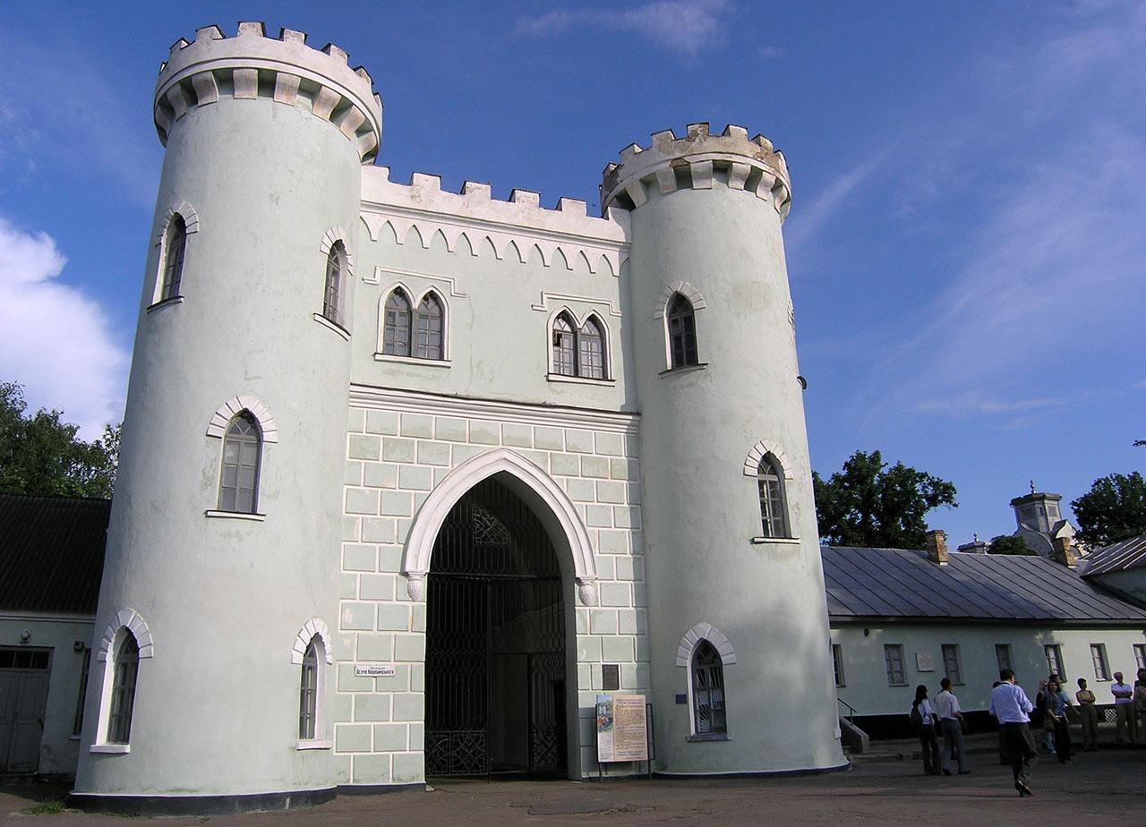 Brama wjazdowa do dawnej rezydencji Poniatowskiego