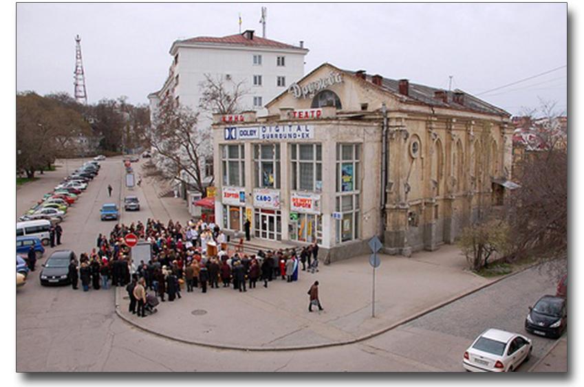 Wiec przed kościołem w Sewastopolu w sprawie zwrotu świątyni wiernym. Źródło - credo-ua.org