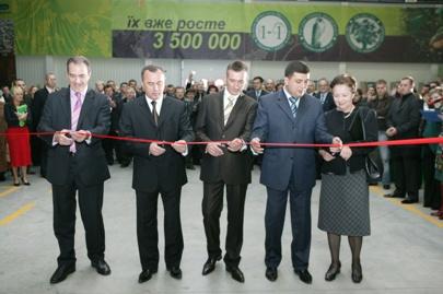 Zdjęcie zrobione podczas otwarcia fabryki desek na Ukrainie, pobrane z budnet.pl