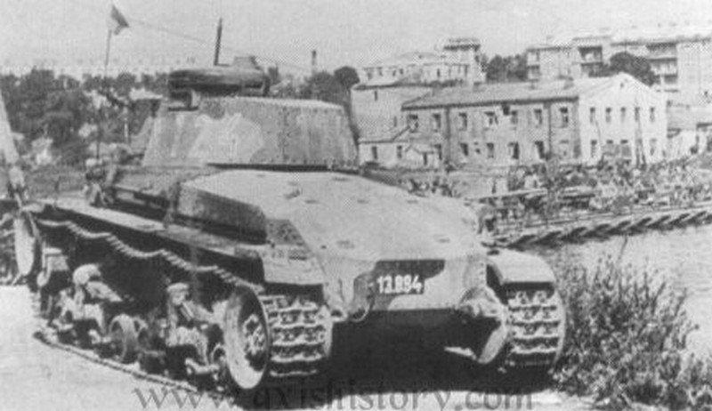 Niemiecki czołg na moście przez Bug w Winnicy