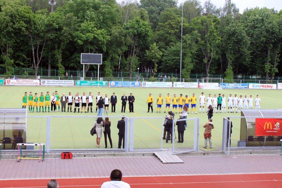 Na zdjęciu drużyny piłkarskie przed początkiem turnieju mini EURO 2012 w Winnicy. Po lewej i po prawej - Polonia żytomierz i Polonia Chmielnicki