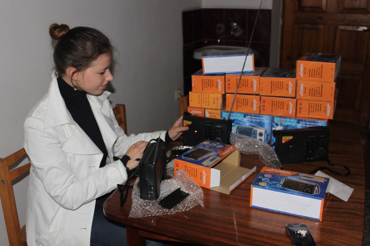 Dziennikarka Słowa Polskiego sprawdza radioodbiorniczki przed przekazaniem ich słuchaczom