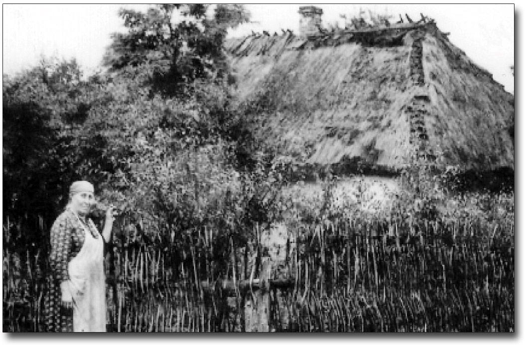 Stanisława Szwediuk przy rodzinnym domku