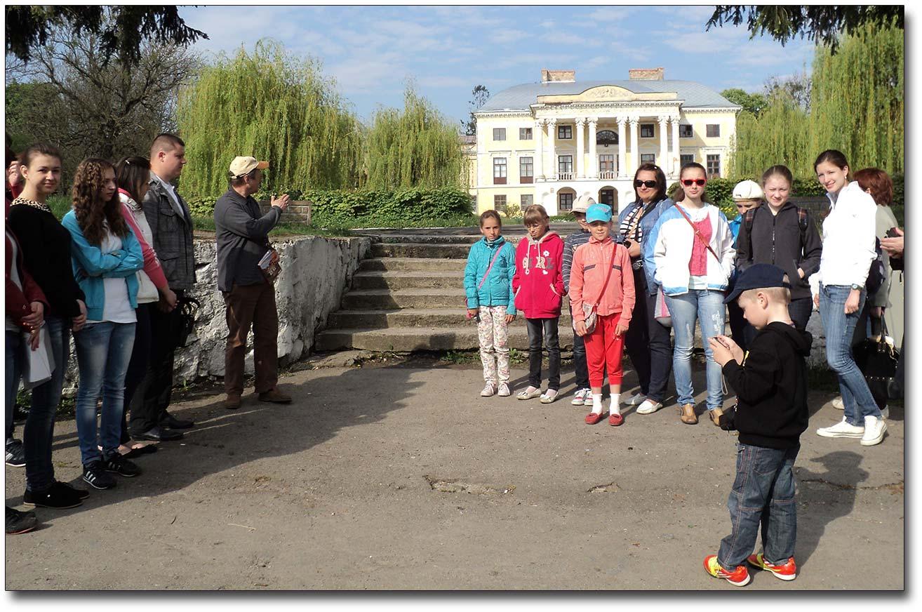 Przed pałacem Grocholskich w Woronowicy