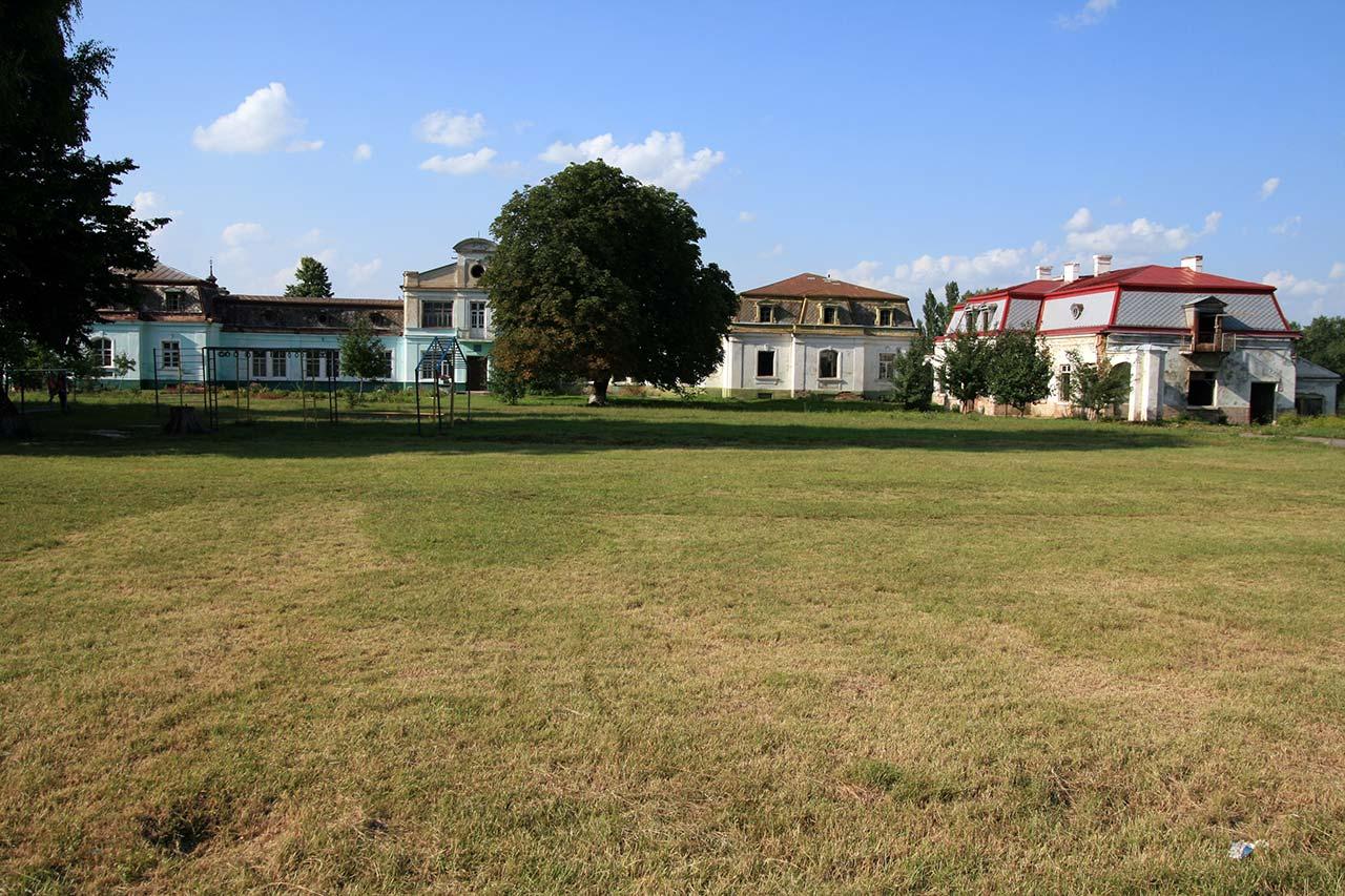 Stajnie i pomieszczenia gospodarcze przy pałacu w Antoninach