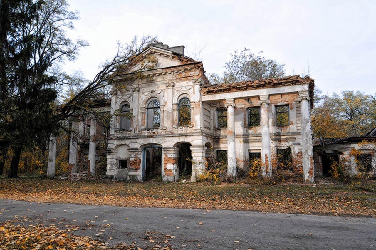 Zniszczony pałac Zaleskich w Rudym Siole. Źródło - ukrainaincognita.com